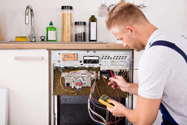 Technikus mosogatógép digitális fiatal férfi férfi Stock fotó © AndreyPopov