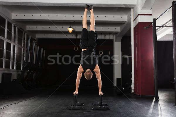 Man handstand parallel bar jonge atleet Stockfoto © AndreyPopov