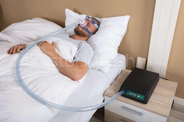 Hombre dormir máquina joven cama médicos Foto stock © AndreyPopov