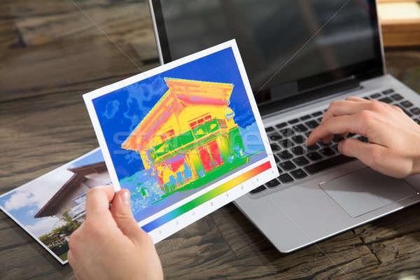 Osoby ciepła strata domu za pomocą laptopa Zdjęcia stock © AndreyPopov