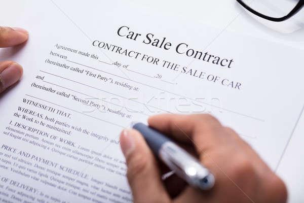 Personne remplissage voiture vente contrat forme Photo stock © AndreyPopov