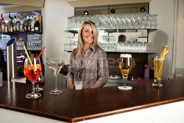 Alegre barman pie detrás contra sonriendo Foto stock © AndreyPopov