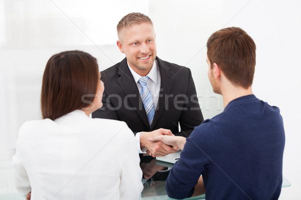 Doradca uścisk dłoni para uśmiechnięty doradca finansowy Zdjęcia stock © AndreyPopov