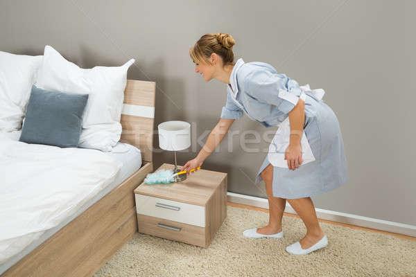 Empregada limpeza poeira pena jovem feliz Foto stock © AndreyPopov