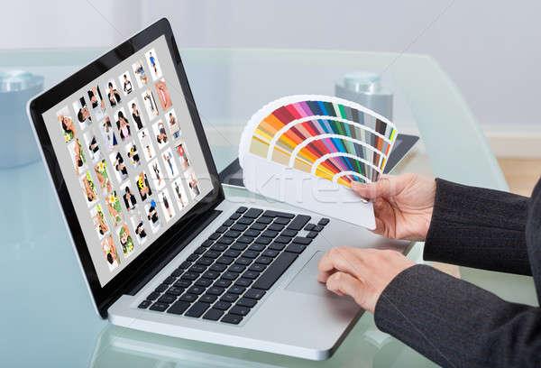 Foto editor met behulp van laptop bureau afbeelding kleur Stockfoto © AndreyPopov