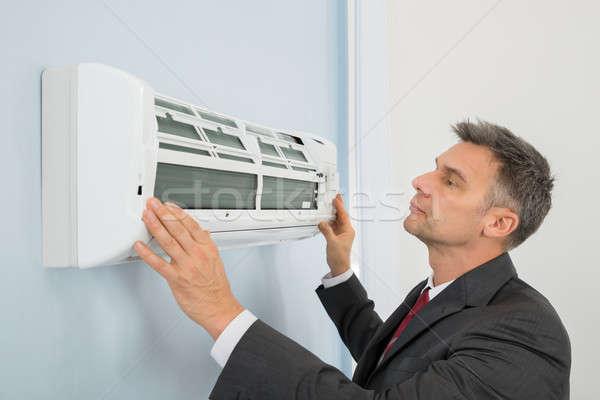 Empresario acondicionador de aire oficina maduro pared de trabajo Foto stock © AndreyPopov