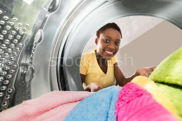 Mulher roupa máquina de lavar roupa jovem africano casa Foto stock © AndreyPopov