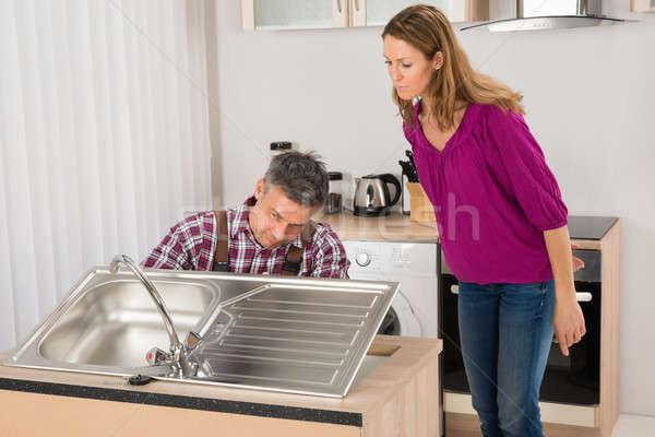 Plombier acier inoxydable évier femme regarder Photo stock © AndreyPopov