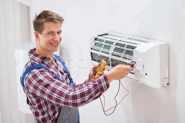 技術者 調べる 空調装置 男性 壁 ルーム ストックフォト © AndreyPopov