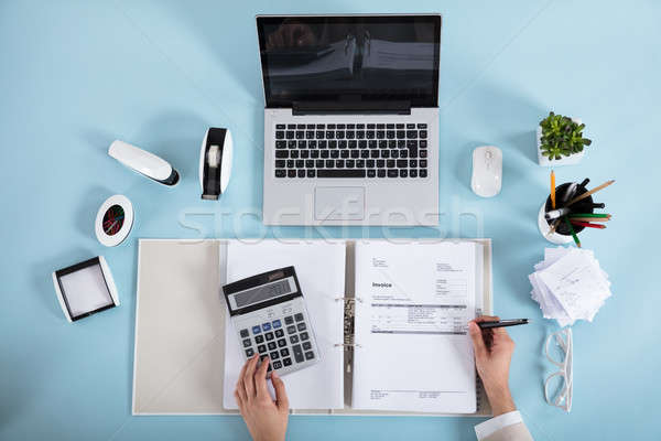Femme d'affaires facture simulateur vue bleu bureau Photo stock © AndreyPopov
