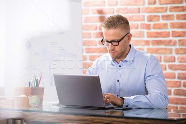 ビジネスマン ラップトップを使用して 魅力的な デスク オフィス コンピュータ ストックフォト © AndreyPopov