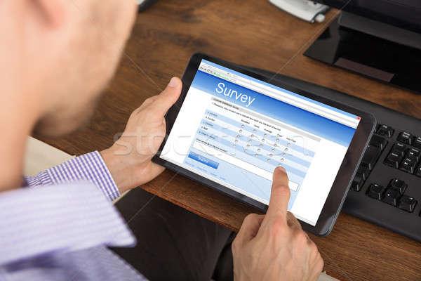 Biznesmen nadzienie badanie formularza cyfrowe tabletka Zdjęcia stock © AndreyPopov