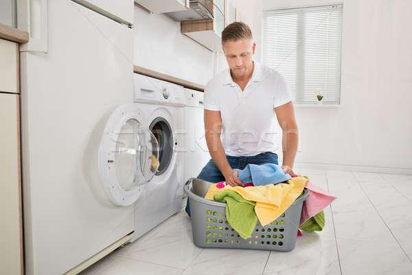 Homem colorido toalhas máquina de lavar roupa moço Foto stock © AndreyPopov