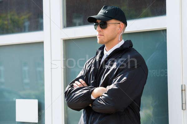 Masculina guardia de seguridad pie entrada jóvenes pared Foto stock © AndreyPopov