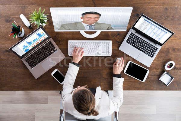 femme d 39 affaires sup rieurs coll gue ordinateur de bureau ordinateur bar photo. Black Bedroom Furniture Sets. Home Design Ideas