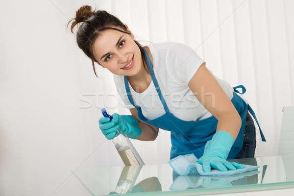 Jovem feminino limpeza secretária trapo Foto stock © AndreyPopov