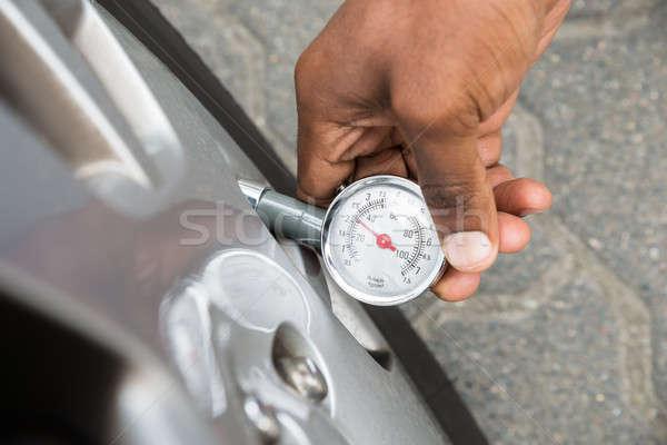 Személy tart kaliber mér autógumi nyomás Stock fotó © AndreyPopov