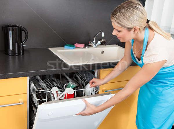 Kadın açılış bulaşık makinesi kapı mutfak kız Stok fotoğraf © AndreyPopov