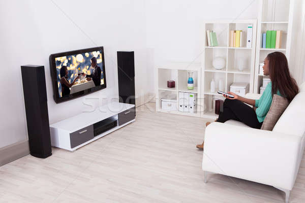 Mujer viendo tv salón vista lateral Foto stock © AndreyPopov