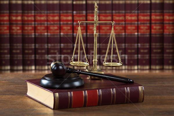 Giuridica libro giustizia scala tavola primo piano Foto d'archivio © AndreyPopov