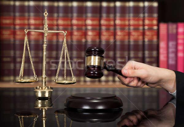 Sędzia młotek biurko półka na książki obraz mężczyzna Zdjęcia stock © AndreyPopov
