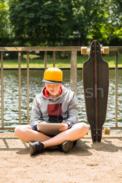 Fiú visel sapka digitális tabletta korlát Stock fotó © AndreyPopov