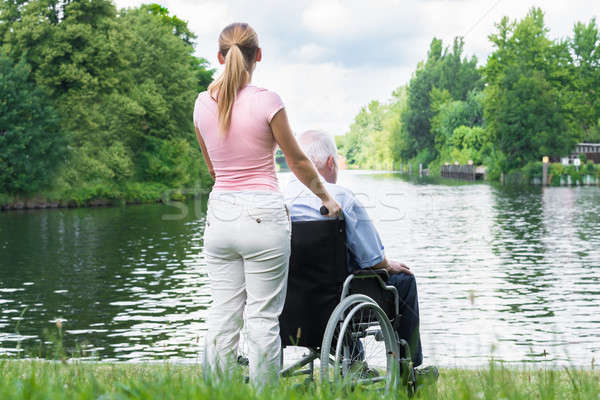 Vrouw gehandicapten vader rolstoel naar meer Stockfoto © AndreyPopov