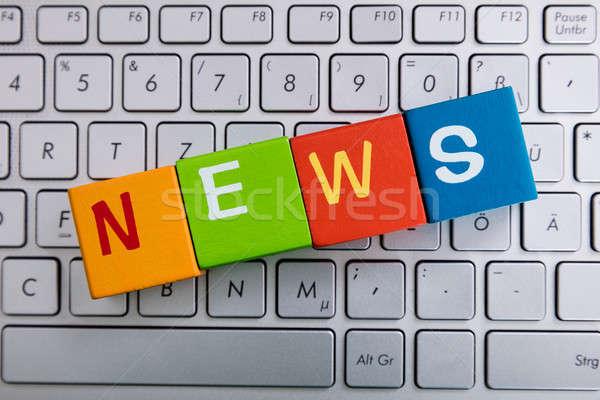 ニュース 文字 キューブ ノートパソコン カラフル ノートパソコンのキーボード ストックフォト © AndreyPopov