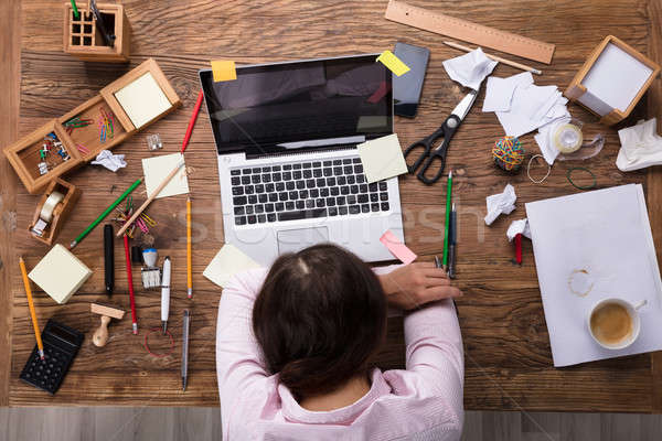 Sfinito imprenditrice lavoro desk laptop Foto d'archivio © AndreyPopov