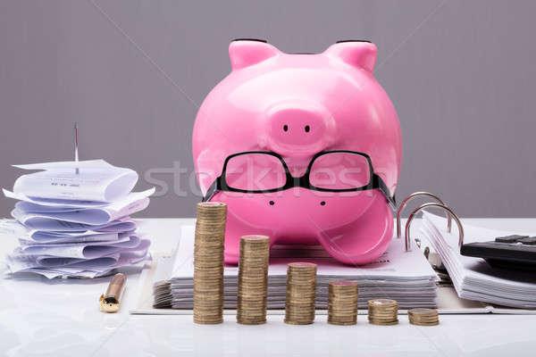 Moedas de cabeça para baixo piggy bank documentos Foto stock © AndreyPopov