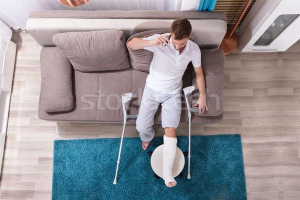 Сток-фото: человека · сломанной · ногой · говорить · мобильного · телефона · мнение