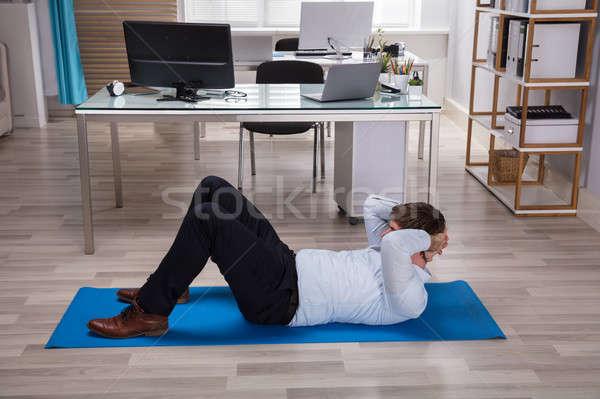 Stok fotoğraf: Işadamı · egzersiz · yandan · görünüş · ofis · adam · dizüstü · bilgisayar