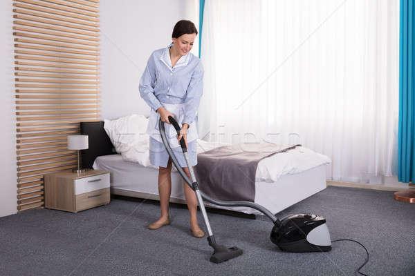 Házvezetőnő takarítás szőnyeg porszívó boldog fiatal Stock fotó © AndreyPopov