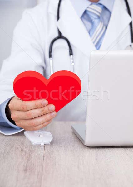 Arts Rood hart met behulp van laptop bureau Stockfoto © AndreyPopov