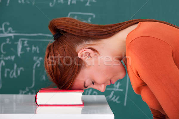 Estudante cabeça livro sala de aula vista lateral Foto stock © AndreyPopov