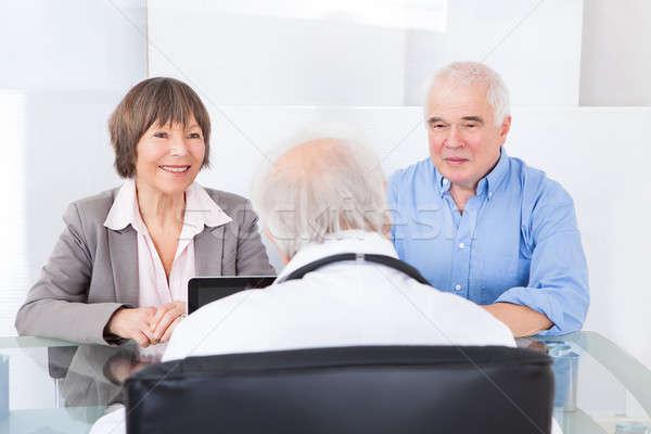 Foto stock: Casal · consultor · médico · casal · de · idosos · médico · do · sexo · masculino · hospital