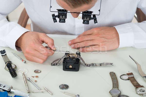 Férfi javít karóra közelkép fiatalember asztal Stock fotó © AndreyPopov