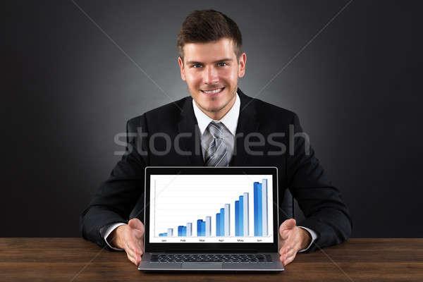 Foto stock: Empresário · gráfico · laptop · jovem · feliz