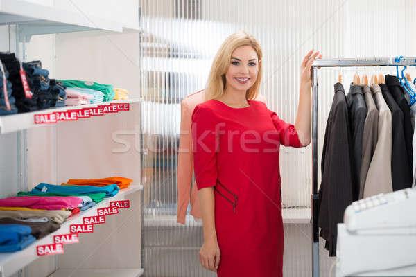 Gyönyörű elarusítónő áll ruházat bolt portré Stock fotó © AndreyPopov