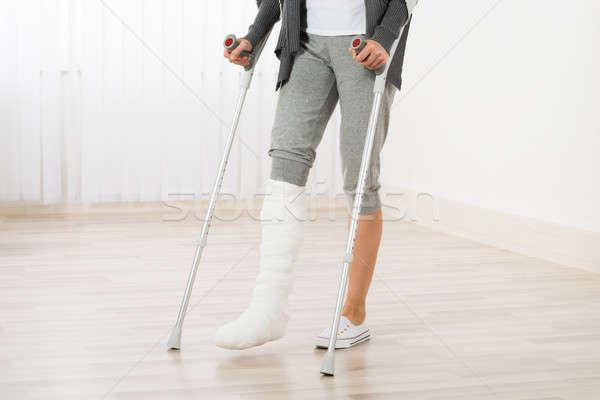 Mulher muletas caminhada em gesso Foto stock © AndreyPopov