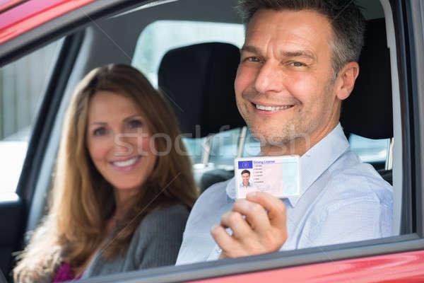 Man vergadering binnenkant auto tonen rijden Stockfoto © AndreyPopov