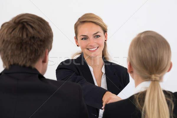 Manager handen schudden aanvrager interview gelukkig jonge Stockfoto © AndreyPopov