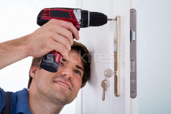 Szczęśliwy młodych mężczyzna drzwi blokady Zdjęcia stock © AndreyPopov