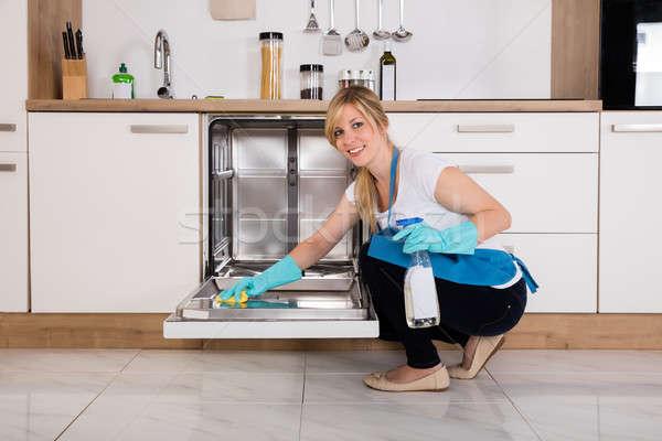 Mulher limpeza lava-louças cozinha mulher jovem trapo Foto stock © AndreyPopov