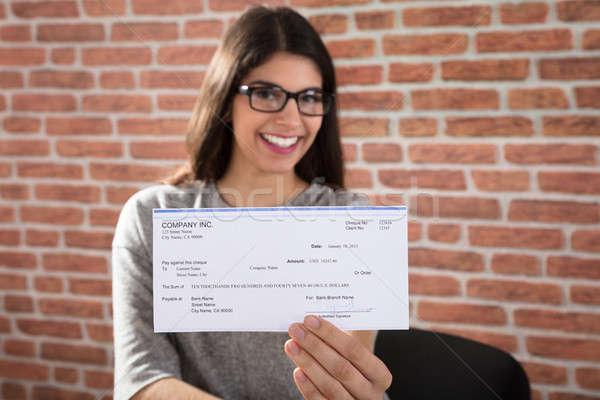 Femme société chèque femme souriante Photo stock © AndreyPopov