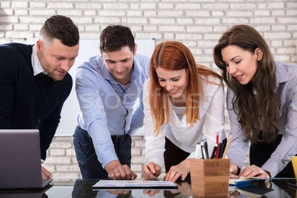 Feliz pessoas de negócios trabalhar local de trabalho reunião discutir Foto stock © AndreyPopov