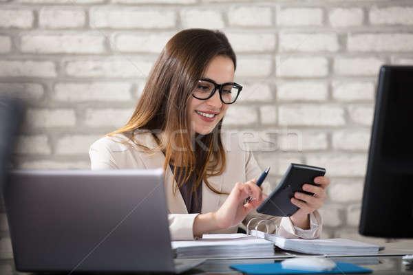 ストックフォト: 笑みを浮かべて · 会計士 · 電卓 · 小さな · オフィス