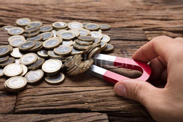 手 コイン 磁石 木製のテーブル 画像 ストックフォト © AndreyPopov