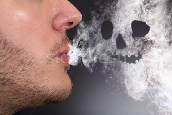 Man roken schedel vorm brand Stockfoto © AndreyPopov
