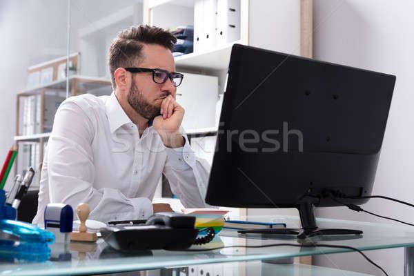 Empresario mirando pantalla del ordenador jóvenes oficina negocios Foto stock © AndreyPopov